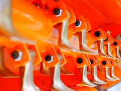 mittelschwerer mulcher mit front u heckanbau und hydraulische seitenverstellung für alle mittleren traktoren mit reifen oder gleisketten rino 140rev