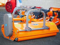 mittelschwerer mulcher mit hydraulische seitenverstellung für alle mittleren traktoren mit reifen oder gleisketten mod rino 180