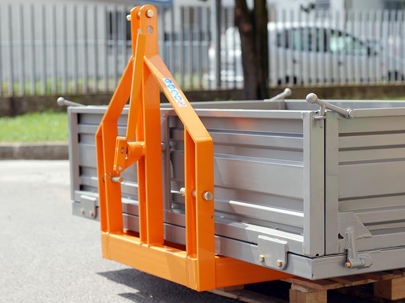 auskippbarer-heckcontainer-für-traktoren-mod-t-2000